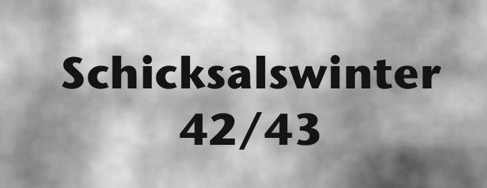 """Schriftzug """"Schicksalswinter 42/43"""" auf Wolkenhintergrund"""