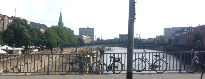 Brücke über den Nebenarm der Weser, Fahrräder am Geländer