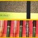 Collage aus Schreibproben, Notizbuchumschlägen und Stiften