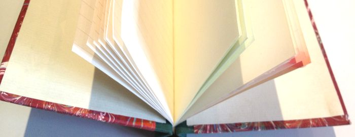 aufgefächerte Klemmmappe mit verschiedenen Papieren