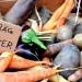 """verschiedene Gemüse, die nicht der Norm entsprechen, liegen in einer Kiste - dazu das Schild """"Schräg und lecker"""". ©WDR/ Schnittstelle GmbH/Thurn Gbr"""