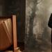 Martin von Mauschwitz in historischer Kleidung steht in einem alten Fotoatelier und läßt sich fotografieren
