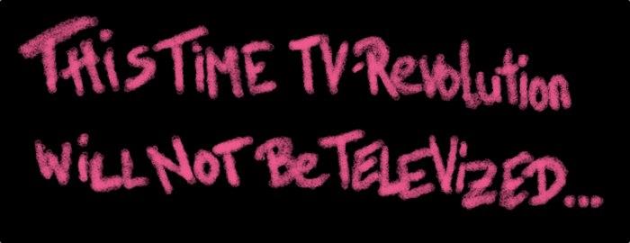 """Rote Kreideschrift auf schwarzem Grund """"THIS TIME TV-REVOLUTION WILL NOT BE TELEVISED """""""